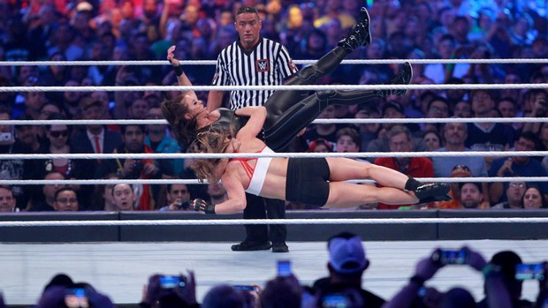 """""""Quái nữ"""" UFC Ronda Rousey  ra mắt thành công ở đấu trường WWE - Ảnh 8."""