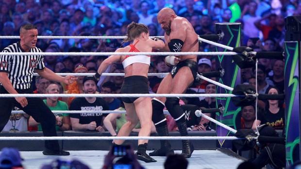 """""""Quái nữ"""" UFC Ronda Rousey  ra mắt thành công ở đấu trường WWE - Ảnh 15."""