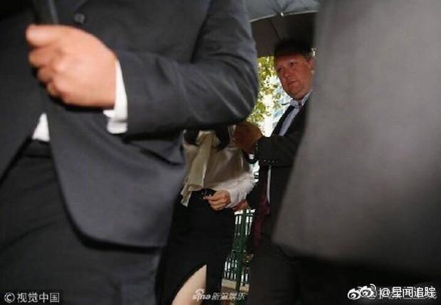 Sao nam Mị Nguyệt Truyện cưỡng hiếp tập thể: Bà xã Đổng Tuyền cúi gằm mặt, được vệ sĩ che chắn kỹ tại toà - Ảnh 3.