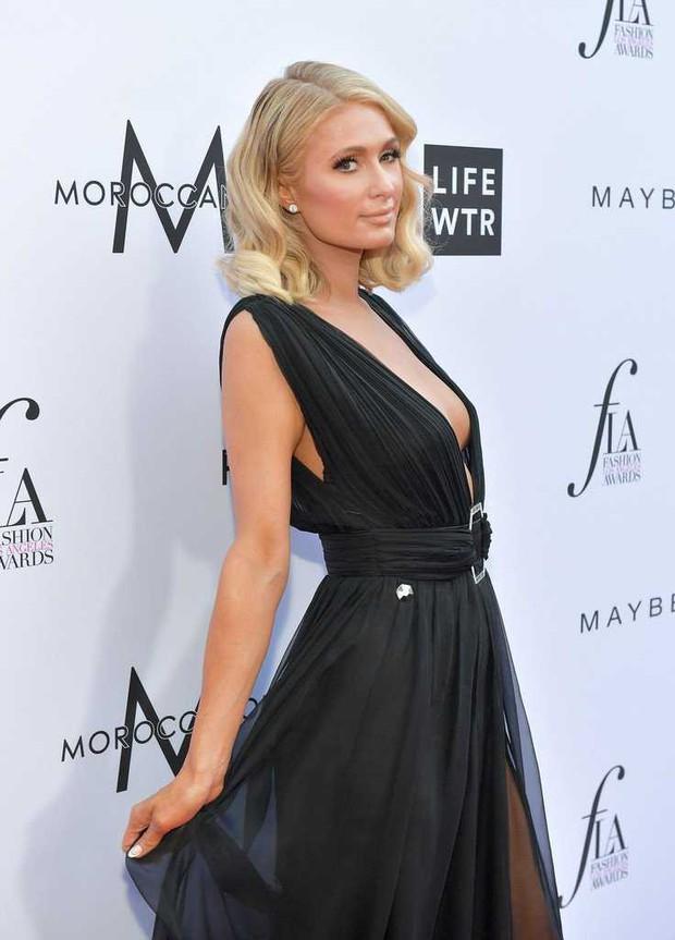 Paris Hilton lộ hàng trên thảm đỏ vì diện váy hở ngực và xẻ tà cao táo bạo - Ảnh 3.