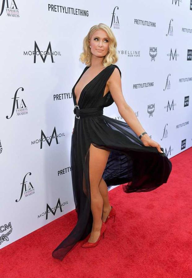 Paris Hilton lộ hàng trên thảm đỏ vì diện váy hở ngực và xẻ tà cao táo bạo - Ảnh 2.