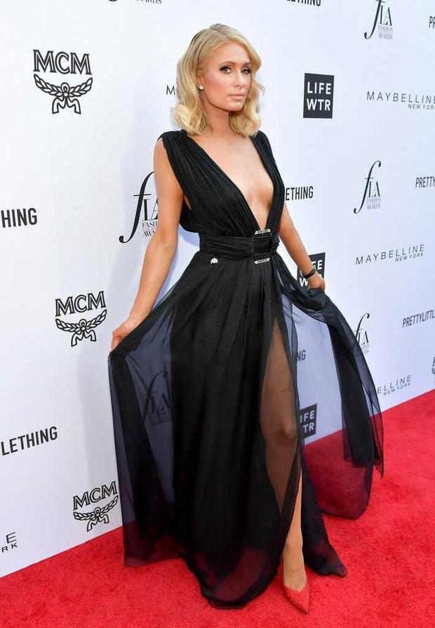 Paris Hilton lộ hàng trên thảm đỏ vì diện váy hở ngực và xẻ tà cao táo bạo - Ảnh 4.