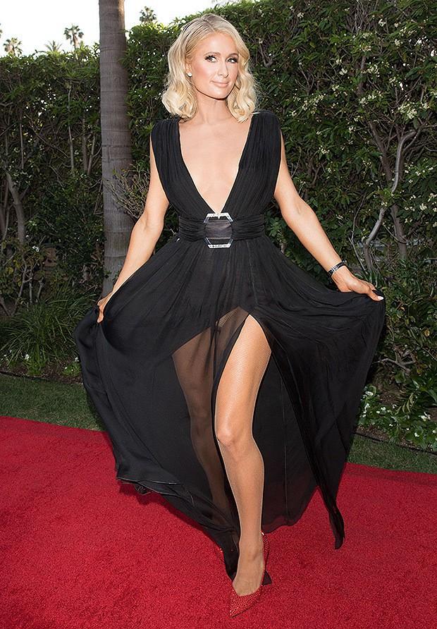 Paris Hilton lộ hàng trên thảm đỏ vì diện váy hở ngực và xẻ tà cao táo bạo - Ảnh 1.