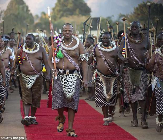 Đau buồn vì không được tham dự lễ tang chị gái, hoàng hậu Swaziland tự tử trong niềm tiếc thương của hoàng gia - Ảnh 2.