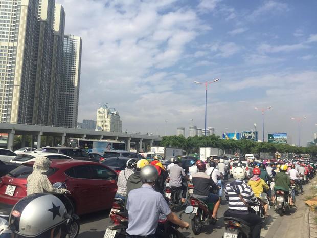 Hàng trăm người đứng xem xác chết nam thanh niên 24 tuổi, giao thông kẹt cứng trên cầu Sài Gòn - Ảnh 2.