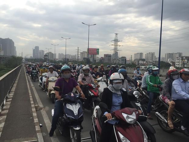 Hàng trăm người đứng xem xác chết nam thanh niên 24 tuổi, giao thông kẹt cứng trên cầu Sài Gòn - Ảnh 3.