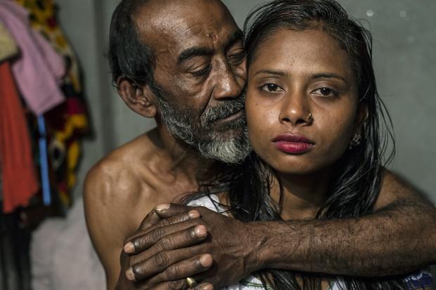 Những mảnh đời buồn tủi ở phố mại dâm 200 tuổi tại Bangladesh: Tảo hôn, tình dục vị thành niên và nhiều niềm hạnh phúc dở dang - Ảnh 1.