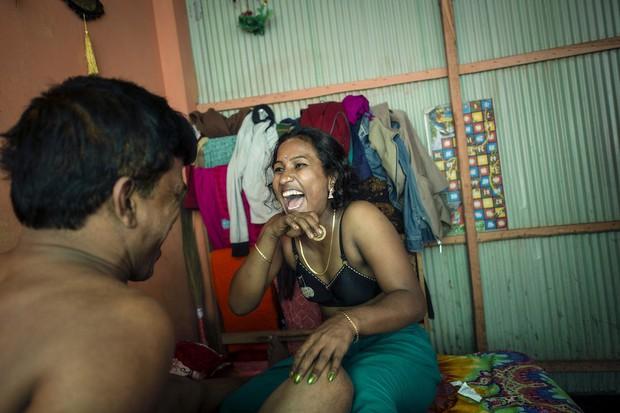 Những mảnh đời buồn tủi ở phố mại dâm 200 tuổi tại Bangladesh: Tảo hôn, tình dục vị thành niên và nhiều niềm hạnh phúc dở dang - Ảnh 12.