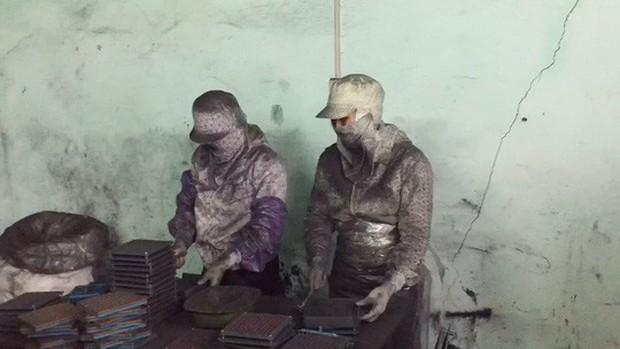 Rùng mình vào nơi sản xuất sản phẩm hỗ trợ điều trị ung thư từ bột than - Ảnh 2.