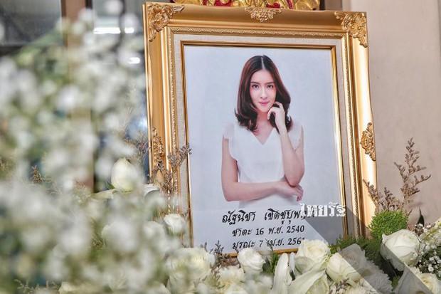 Tang lễ sao nhí một thời Thái Lan: Xót xa trước nụ cười của cô trong di ảnh, khoảnh khắc mẹ khóc nấc tiễn đưa - Ảnh 15.