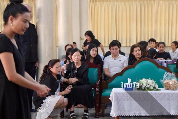 Tang lễ sao nhí một thời Thái Lan: Xót xa trước nụ cười của cô trong di ảnh, khoảnh khắc mẹ khóc nấc tiễn đưa - Ảnh 26.