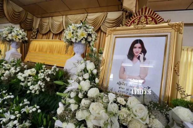 Tang lễ sao nhí một thời Thái Lan: Xót xa trước nụ cười của cô trong di ảnh, khoảnh khắc mẹ khóc nấc tiễn đưa - Ảnh 14.