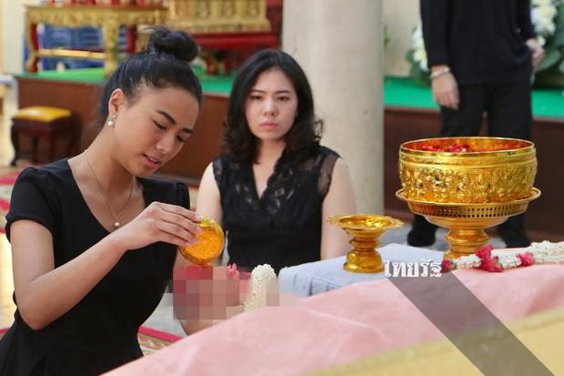 Tang lễ sao nhí một thời Thái Lan: Xót xa trước nụ cười của cô trong di ảnh, khoảnh khắc mẹ khóc nấc tiễn đưa - Ảnh 21.