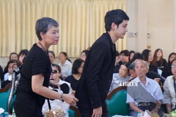 Tang lễ sao nhí một thời Thái Lan: Xót xa trước nụ cười của cô trong di ảnh, khoảnh khắc mẹ khóc nấc tiễn đưa - Ảnh 28.