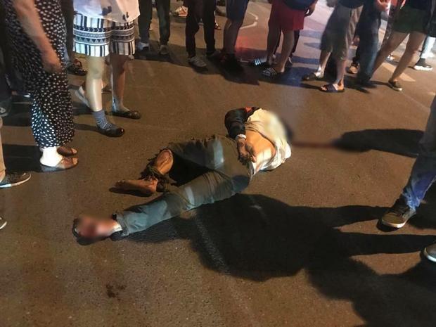 Hà Nội: Nhẫn tâm kéo lê nạn nhân hàng trăm mét trên đường sau va chạm, tài xế xe bán tải bị người dân đuổi đánh trong đêm - Ảnh 3.