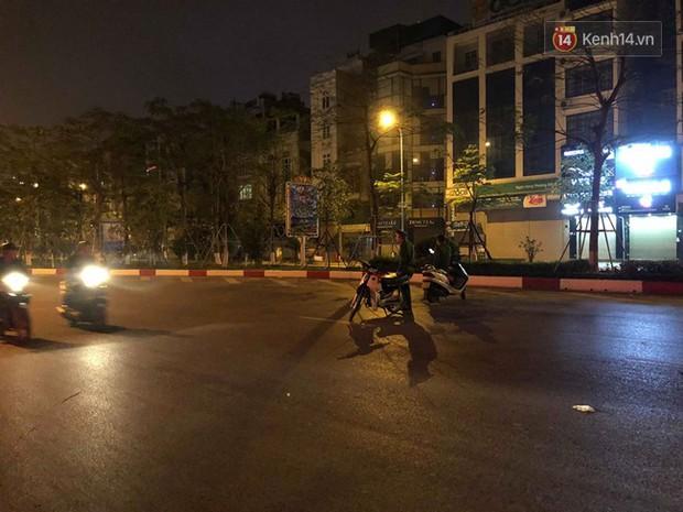 Hà Nội: Nhẫn tâm kéo lê nạn nhân hàng trăm mét trên đường sau va chạm, tài xế xe bán tải bị người dân đuổi đánh trong đêm - Ảnh 6.