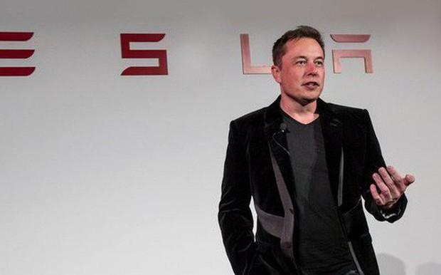 Elon Musk lí giải việc ngủ lại tại nhà máy Tesla: Sếp mà bình chân thoải mái thì nhân viên sao biết được sự khó khăn. - Ảnh 1.