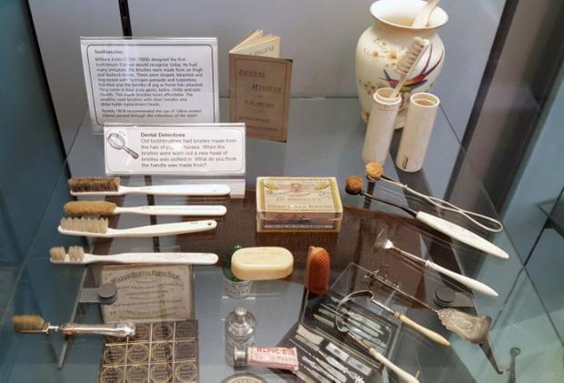Nhổ răng bằng kìm, răng giả làm từ cao su... và sự thật bảo tàng nha khoa rùng rợn nhất nước Anh có gì? - Ảnh 11.