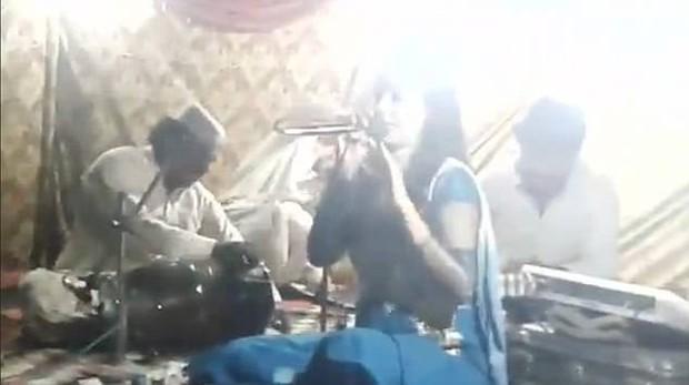 Từ chối nhảy với người hâm mộ vì đang mang bầu, nữ ca sĩ bị bắn chết ngay trên sân khấu - Ảnh 2.