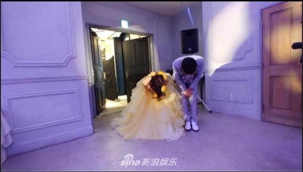 Bà xã Piko Taro (PPAP) ôm bụng bầu 8 tháng mặc váy cưới, táo và dứa trở thành vật trang trí trong hôn lễ - Ảnh 4.