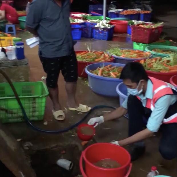 TP.HCM: Bắt quả tang 4 cơ sở dùng hóa chất độc hại tẩy trắng hơn 6 tấn củ cải, cà rốt để tuồn ra thị trường - Ảnh 1.