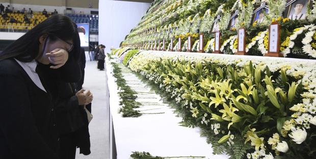 4 năm trôi qua, những câu chuyện buồn từ thảm kịch chìm phà Sewol khiến người dân Hàn Quốc nghẹn ngào nước mắt - Ảnh 2.