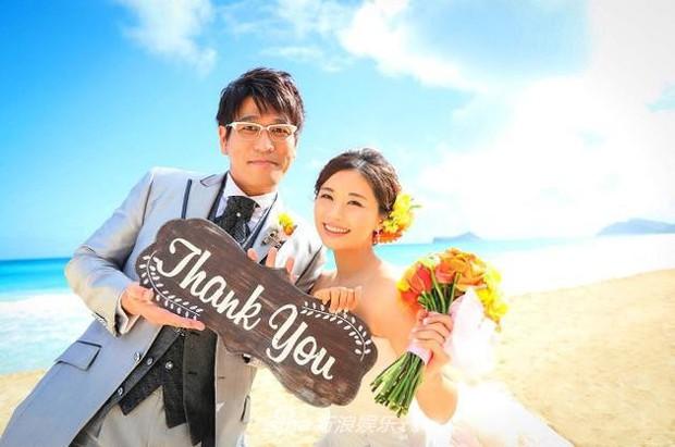 Bà xã Piko Taro (PPAP) ôm bụng bầu 8 tháng mặc váy cưới, táo và dứa trở thành vật trang trí trong hôn lễ - Ảnh 1.