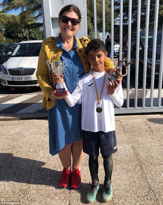 Ronaldo chúc mừng con trai lại giật giải Vua phá lưới cấp trường - Ảnh 1.