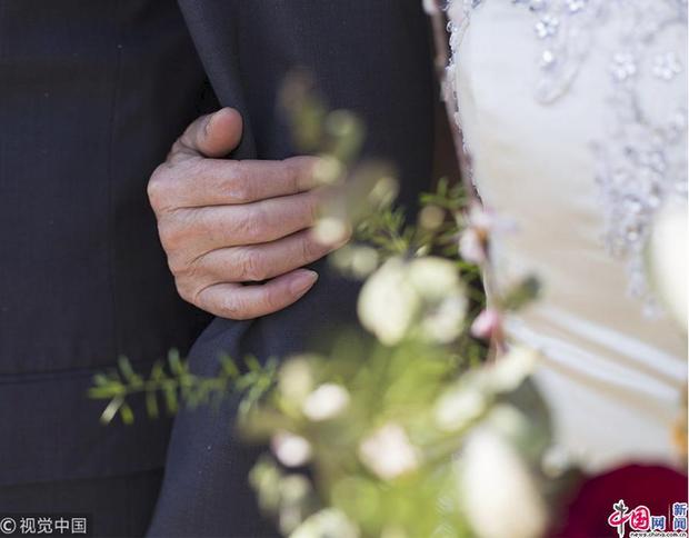 Xúc động với bộ ảnh cưới của cặp đôi U90: Hạnh phúc là khoảnh khắc tay trong tay cùng nhau tới đầu bạc răng long - Ảnh 4.