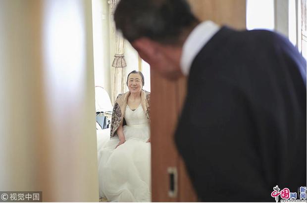 Xúc động với bộ ảnh cưới của cặp đôi U90: Hạnh phúc là khoảnh khắc tay trong tay cùng nhau tới đầu bạc răng long - Ảnh 5.
