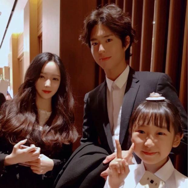 Đám cưới khủng mời toàn sao hạng A: Kim Bum lộ diện sau tin hẹn hò, Park Bo Gum bổ luống bên dàn tài tử - Ảnh 9.