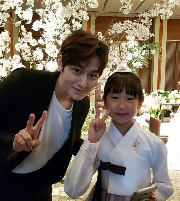 Đám cưới khủng mời toàn sao hạng A: Kim Bum lộ diện sau tin hẹn hò, Park Bo Gum bổ luống bên dàn tài tử - Ảnh 3.