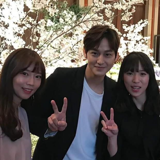 Đám cưới khủng mời toàn sao hạng A: Kim Bum lộ diện sau tin hẹn hò, Park Bo Gum bổ luống bên dàn tài tử - Ảnh 2.