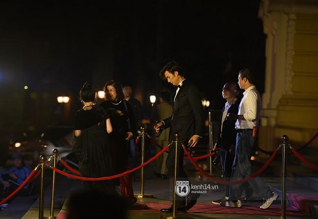 Clip: Nhan Phúc Vinh cởi áo khoác cho Nhã Phương khi ngồi cạnh, cùng nhau đi ăn đến gần 2 giờ sáng - Ảnh 8.