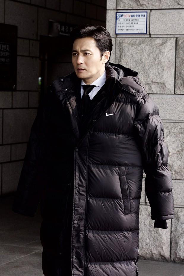 Choáng với ảnh hậu trường của tài tử Jang Dong Gun: Có ai da nhăn nheo nhưng vẫn đẹp cực phẩm như thế này? - Ảnh 8.