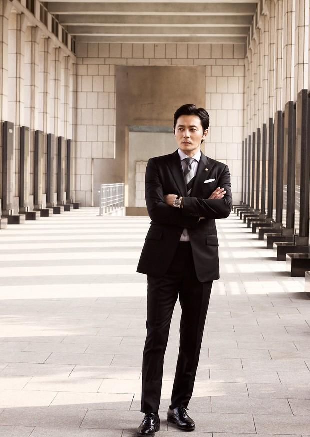 Choáng với ảnh hậu trường của tài tử Jang Dong Gun: Có ai da nhăn nheo nhưng vẫn đẹp cực phẩm như thế này? - Ảnh 10.