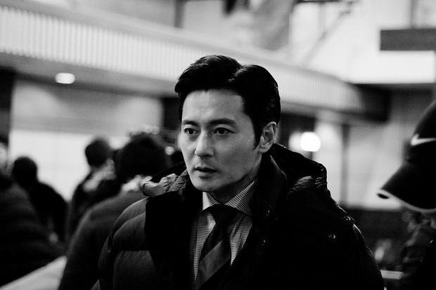 Choáng với ảnh hậu trường của tài tử Jang Dong Gun: Có ai da nhăn nheo nhưng vẫn đẹp cực phẩm như thế này? - Ảnh 6.