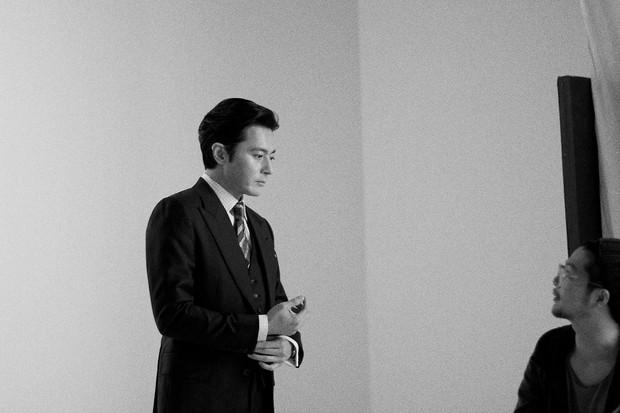 Choáng với ảnh hậu trường của tài tử Jang Dong Gun: Có ai da nhăn nheo nhưng vẫn đẹp cực phẩm như thế này? - Ảnh 13.