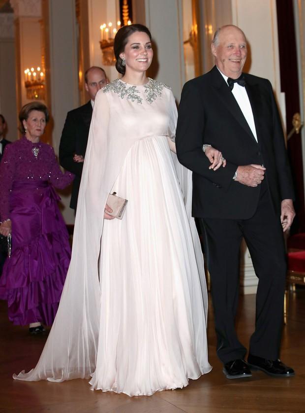 Chênh nhau có 1 tuổi mà khi đụng hàng: Phạm Băng Băng và Kate Middleton lại khác nhau quá đỗi - Ảnh 3.