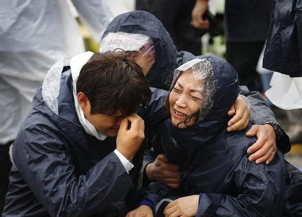 Những hình ảnh trong vụ chìm phà Sewol khiến hơn 300 người thiệt mạng vẫn khiến mọi người ám ảnh - Ảnh 11.