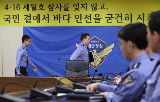 Người dân trên khắp Hàn Quốc lại thắt những dải ruy-băng vàng, tưởng nhớ nạn nhân chìm phà Sewol - Ảnh 1.
