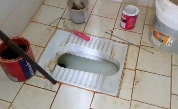Thợ sửa ống nước bị sốc khi phát hiện thi thể bé sơ sinh 2 ngày tuổi trong bồn cầu - Ảnh 1.