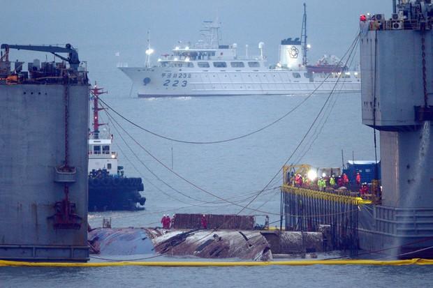 Những hình ảnh trong vụ chìm phà Sewol khiến hơn 300 người thiệt mạng vẫn khiến mọi người ám ảnh - Ảnh 29.