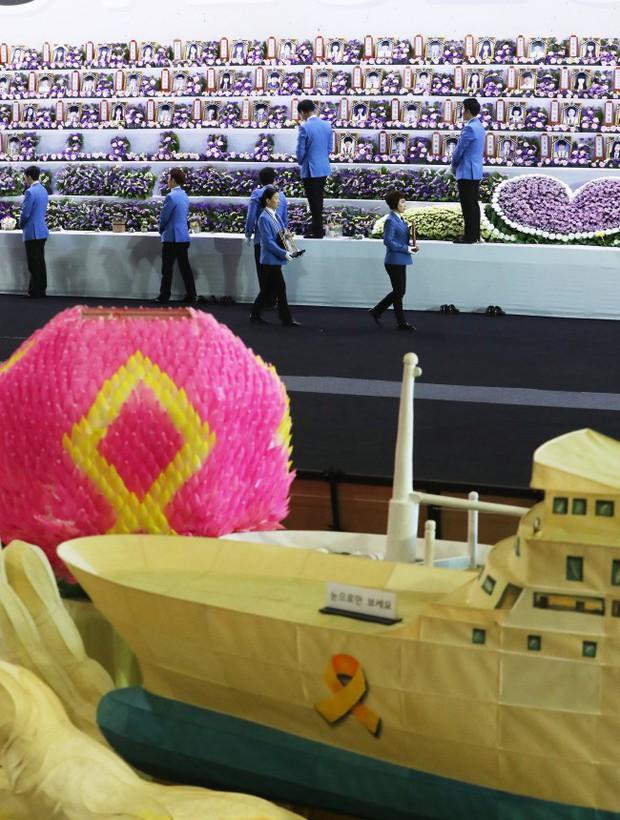 Người dân trên khắp Hàn Quốc lại thắt những dải ruy-băng vàng, tưởng nhớ nạn nhân chìm phà Sewol - Ảnh 4.