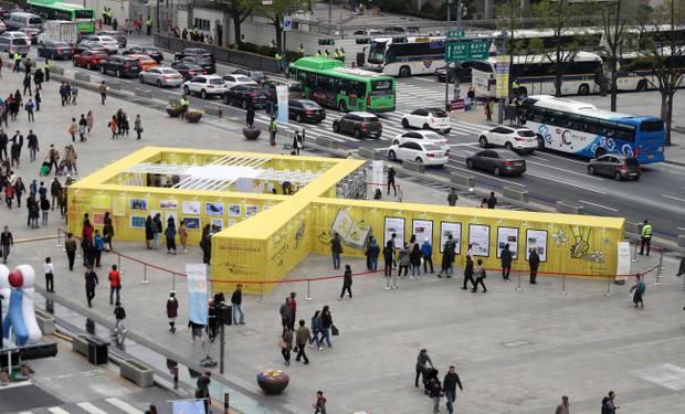 Người dân trên khắp Hàn Quốc lại thắt những dải ruy-băng vàng, tưởng nhớ nạn nhân chìm phà Sewol - Ảnh 7.