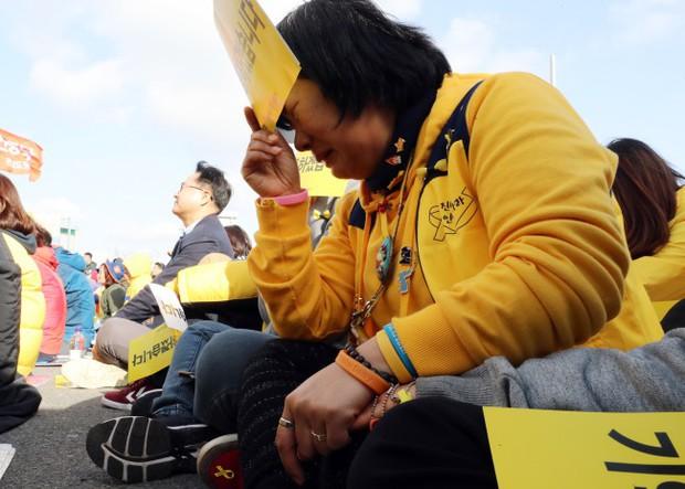 Người dân trên khắp Hàn Quốc lại thắt những dải ruy-băng vàng, tưởng nhớ nạn nhân chìm phà Sewol - Ảnh 8.