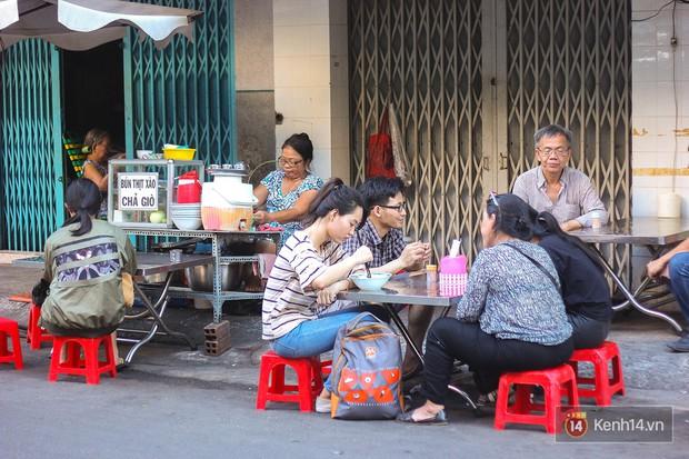 """Giải mã món bún xào """"trông mặt mà bắt hình dong"""" tại Sài Gòn - Ảnh 7."""