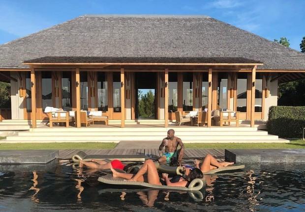 Mayweather tắm nắng cùng 3 người đẹp bikini - Ảnh 1.