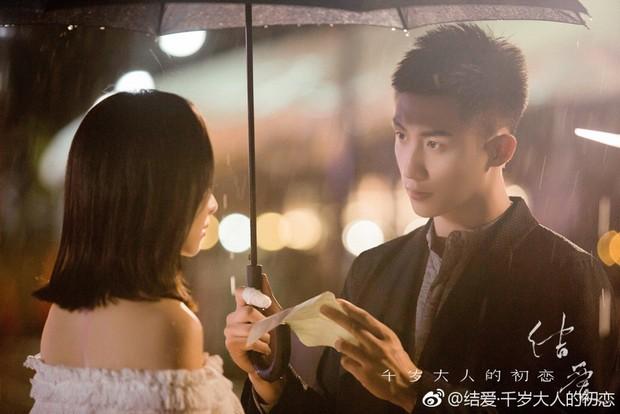 Mặc kệ fan chiến, Hoàng Cảnh Du và Victoria (fx) vẫn yêu nhau chết đi sống lại trong phim mới  - Ảnh 6.