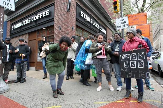 Bị cáo buộc phân biệt chủng tộc, Starbucks tạm thời đóng hơn 8,000 cửa hàng tại Mỹ cho nhân viên đi tập huấn - Ảnh 2.